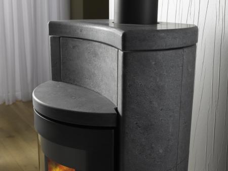 kominek magazynujący ciepło; kominek ze steatytu; nowoczesny piec wolnostojący; Skantherm; Midomo;